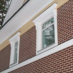 Оформление полукруглого окна с замковым камнем